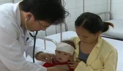 Trẻ nhỏ rất dễ bị viêm phổi do thời tiết thay đổi. Ảnh minh họa.