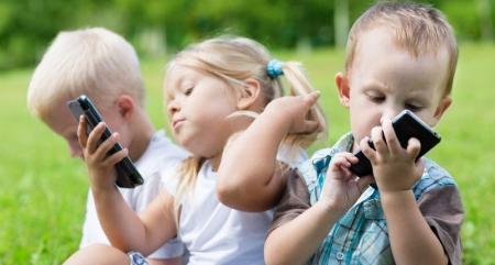 Hiểm họa khi cho trẻ chơi smartphone, máy tính bảng