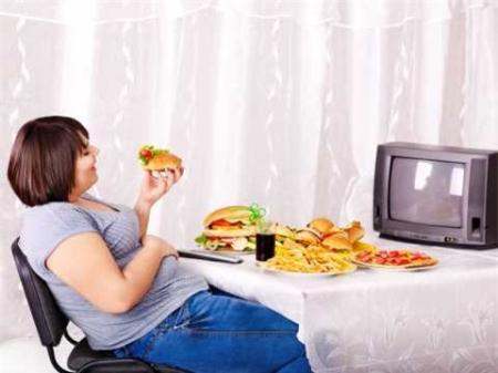 Chế độ ăn uống không lành mạnh là nguyên nhân gây sỏi thận. Ảnh minh họa.