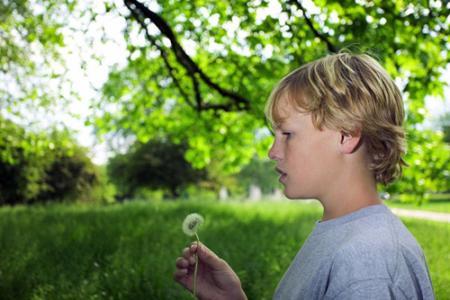 Nhận biết sớm các dấu hiệu sẽ giúp trẻ tự kỷ nhanh hòa nhập với cộng đồng hơn (Ảnh minh họa: Internet). Ảnh minh họa