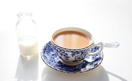 Caffeine trong trà cũng sẽ làm giảm hấp thụ canxi trong sữa. Ảnh minh họa