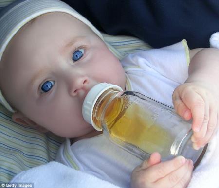 Cảnh báo mới nhất: Không nên cho trẻ dưới 1 tuổi uống nước quả!