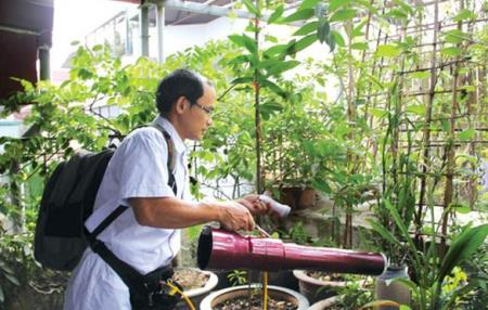Các chuyên gia của Viện Sốt rét côn trùng và ký sinh trùng trung ương kiểm tra bọ gậy tại nhà dân