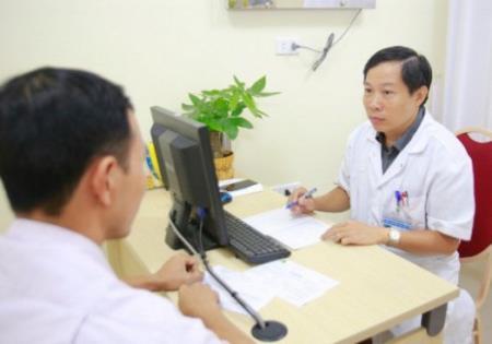 PGS.TS Nguyễn Quang tư vấn cho bệnh nhân tại Bệnh viện Hữu nghị Việt Đức.