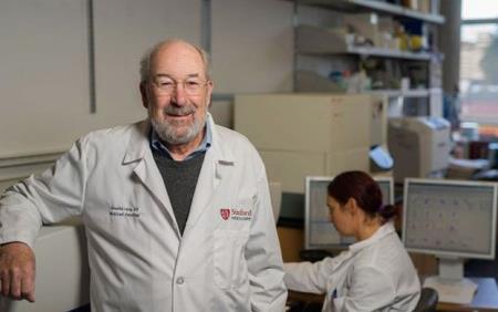 Giáo sư Ronald Levy tại phòng thí nghiệm - Ảnh: TRƯỜNG ĐẠI HỌC Y KHOA STANDFORD