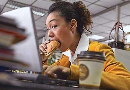 Ăn trưa vội vã tại bàn làm việc có hại hơn bạn nghĩ - Ảnh: INTERNET