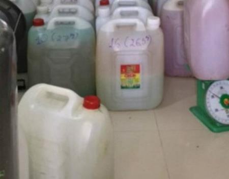 Nguyên liệu chứa trong các can nhựa không nhãn mác bị thu giữ tại cơ sở