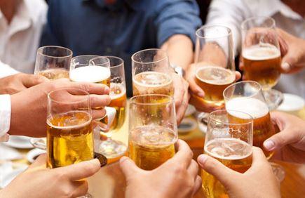 Sớm uống rượu bia có thể đem lại mối hiểm họa cho nam giới hàng chục năm sau - ảnh minh họa