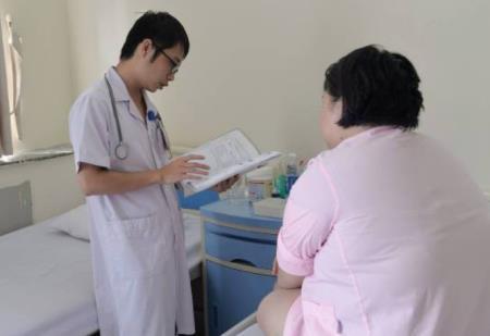 Bác sĩ thăm khám cho bệnh nhân M.