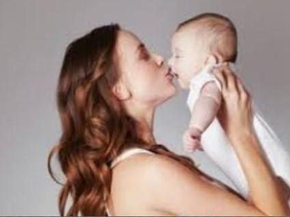 Hôn môi trẻ có thể lây truyền nhiều bệnh nguy hiểm sang bé. Ảnh minh hoạ: Internet
