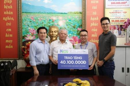 Đại diện Pharmacity trao tặng số tiền thu được từ chạy bộ gây quỹ cho Hội Bảo trợ Bệnh nhân nghèo TP. Hồ Chí Minh