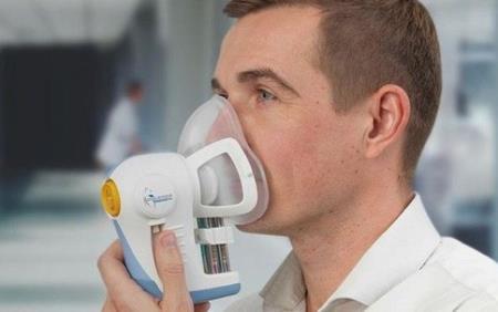 Một tình nguyện viên đang tham gia thử nghiệm - ảnh: Cancer Reasearch UK