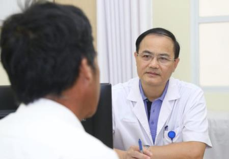 PTS. TS Trần Đình Thơ- Phó Giám đốc BV Việt Đức khám và tư vấn cho người bệnh tại chương trình. Ảnh sk&đs