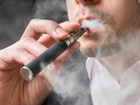 Phải mất ít nhất hai thập kỷ trở lên để một người hút thuốc phát triển ung thư phổi. Ảnh minh họa