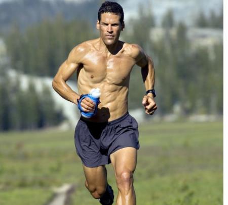Thật khó tin đây là cơ thể của một người đàn ông đang ở độ tuổi 57!