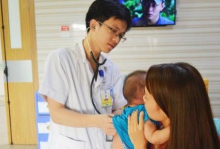 Bác sĩ thăm khám cho bệnh nhi C. Ảnh minh họa