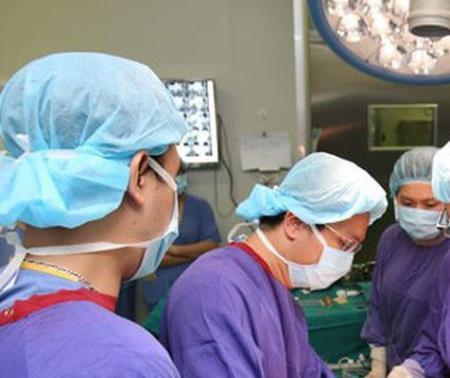 Các chuyên gia hàng đầu về phẫu thuật gan mật tại Bệnh viện Hữu nghị Việt Đức và chuyên gia quốc tế trực tiếp phẫu thuật cho bệnh nhân.