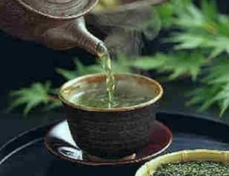 Bạn nên đợi ít nhất 4 phút trước khi uống một tách trà rót ra từ ấm mới đun sôi.