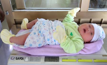 Bé trai chào đời có cân nặng lên tới hơn 5kg. Ảnh Vietnamnet