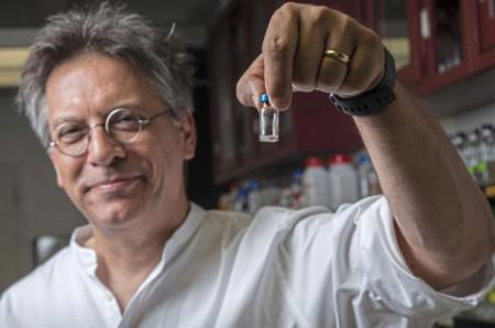 Giáo sư Hatfull cầm trên tay một lọ thể thực khuẩn