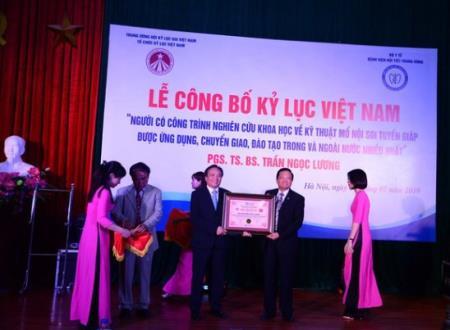 Bác sĩ Lương nhận bằng khen ghi nhận kỷ lục Việt Nam, ảnh BVCC.