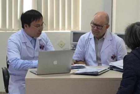 Thạc sĩ Tuấn Anh đang cùng chuyên gia nước ngoài tư vấn cho bệnh nhân.