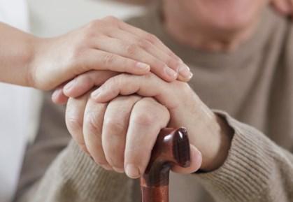 Tay run rẩy là dấu hiệu dễ nhận thấy ở người bệnh Parkinson.Ảnh minh họa