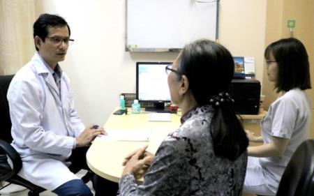 Bác sĩ Trần Ngọc Tài đang khám cho bệnh nhân, ảnh BVCC.
