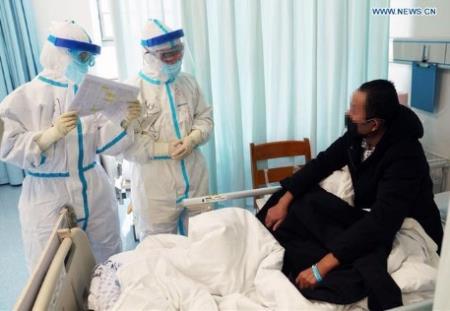 Ông Zhao Jianping (giữa) hỏi thăm một bệnh nhân tại một bệnh viện ở Vũ Hán, tỉnh Hồ Bắc. (Ảnh: Xinhua)