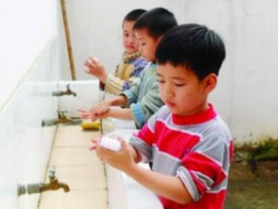 Các chuyên gia nhấn mạnh tầm quan trọng của việc nhắc nhở trẻ rửa tay đúng cách (Ảnh minh họa).