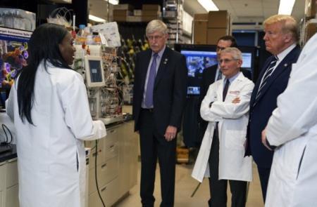 Tiến sĩ Kizzmekia Corbett (trái), nghiên cứu viên cao cấp và lãnh đạo khoa học nhóm miễn dịch di truyền nghiên cứu vắc-xin coronavirus tại Phòng thí nghiệm bệnh học siêu vi, báo cáo tiến trình nghiên cứu với Tổng thống Donald Trump tại Viện Y tế Quốc gia hôm 3/3 - Ảnh: AP