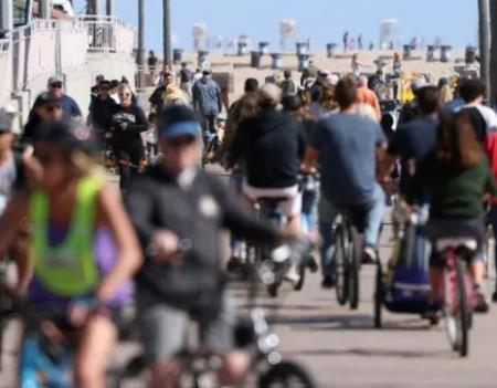 Nhiều người vẫn tập trung đông người ở bãi biển ở California hôm 21/3. Ảnh: CNN.
