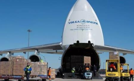 Khẩu trang được vận chuyển về sân bay Pháp. Ảnh: KT