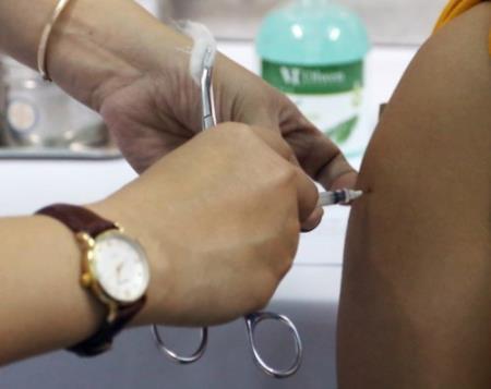 Một nữ nhân viên y tế tỉnh Quảng Nam tiêm vaccine AstraZeneca sáng 23/4. Ảnh: VNE.