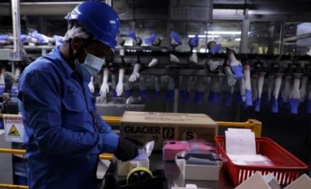 Các chùm ca bệnh ở khu công nghiệp là một trong những nguồn lây nhiễm chủ chốt ở Malaysia. Ảnh: Reuters