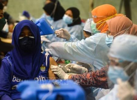 Tiêm vaccine ngừa COVID-19 cho người dân tại trung tâm dã chiến ở Tangerang, Indonesia, ngày 17/7/2021. Ảnh: THX/TTXVN