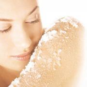 Trị mụn và dưỡng da bằng muối biển