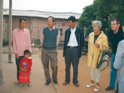 Các chuyên gia y tế VN và Pháp thăm bệnh nhân tại huyện Lục Ngạn, Bắc Giang - Ảnh: Nam Sơn