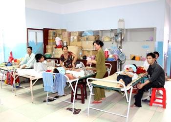 Bệnh nhân sốt xuất huyết đang điều trị tại BV Nhiệt đới TP HCM. Ảnh: Thiên Chương.