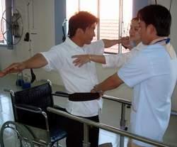 Tập vật lý trị liệu cho bệnh nhân thoát vị đĩa đệm. Ảnh: Phạm Huy